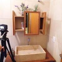 empoeirados armário do banheiro
