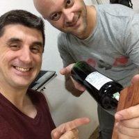empoeirados e o suporte de vinho