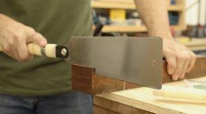 Serrote Ryoba cortando uma esquadria de madeira